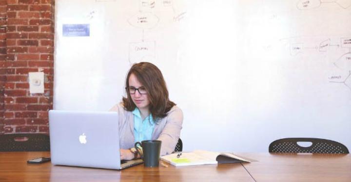Femeie de afaceri lucrează pe laptop