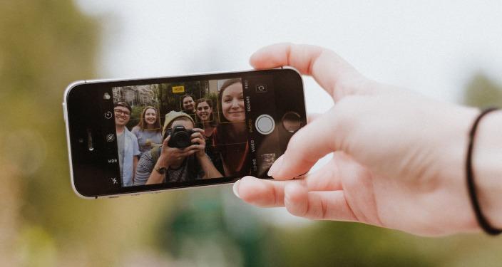 Influenceri care sunt pozați cu telefonul