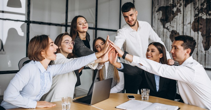 Angajații sărbătoresc succesul