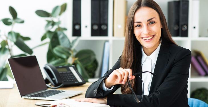 Femeie de afaceri în birou asistent virtual